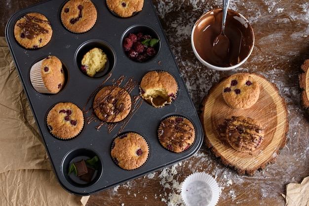 O processo de fazer sobremesas. bolos de creme, bolos, biscoitos, compras. a cozinha e o confeiteiro fazem sobremesas.