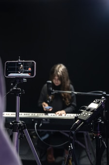 O processo de gravação de conteúdo de vídeo para aprender a tocar piano