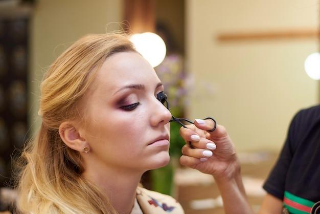 O processo de maquiagem profissional.