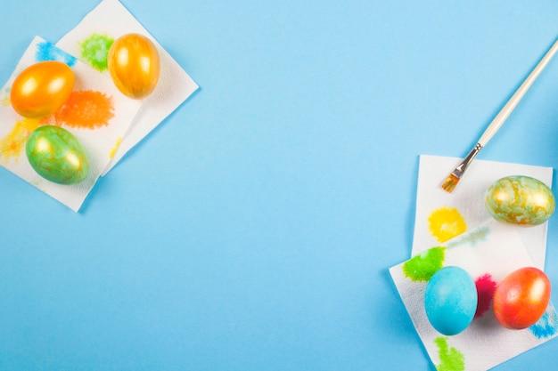 O processo de pintura de ovos de páscoa