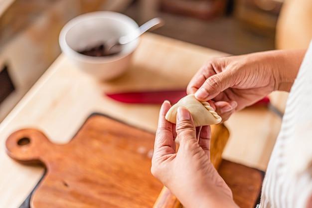 O processo de preparação de massa folhada em uma padaria.
