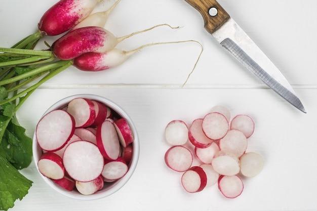 O processo de processamento de uma safra fresca de rabanete. uma nova safra de rabanetes.