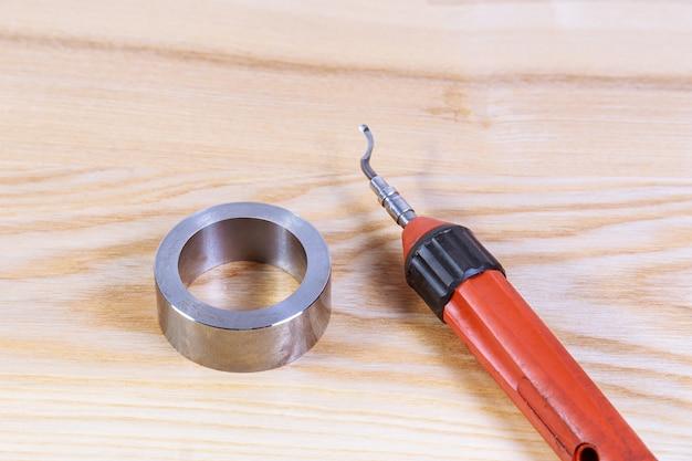 O processo de rebarbação de metal. ferramenta de rebarbação para metal, madeira, alumínio, cobre e plástico.