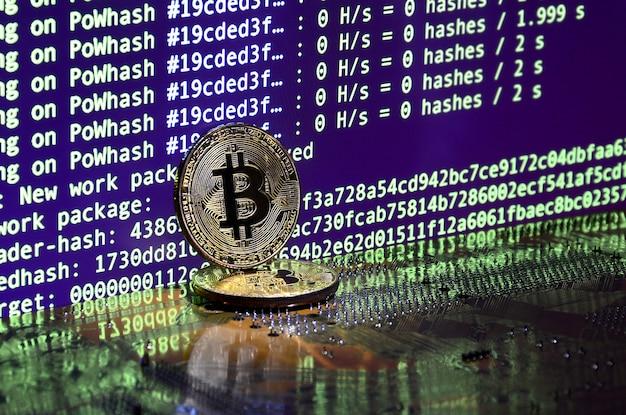 O processo digital de mineração criptomoeda usando as gpus. bitcoins e placa de vídeo em uma tela de exibição e mineração de trabalho