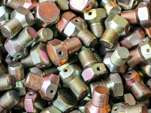 O produto é ligado em um torno em close-up. metalurgia na fábrica. a peça é recebida em um torno