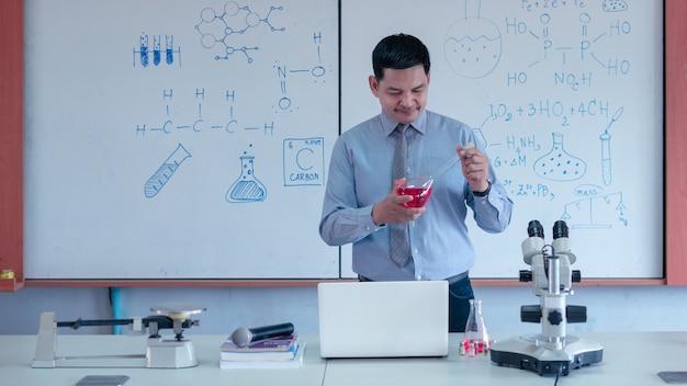 O professor está dando aulas de ciências online durante o bloqueio devido à pandemia de covid-19