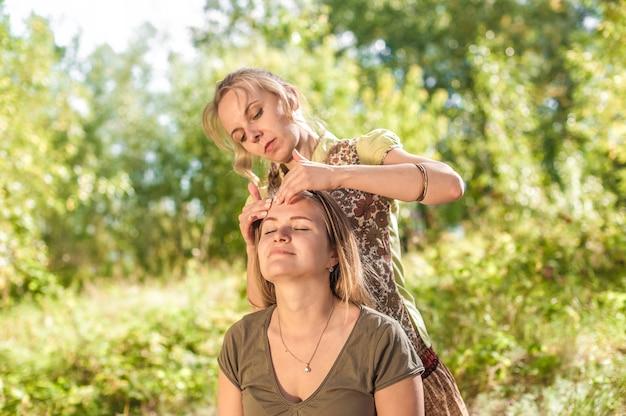 O profissional de massagem oferece uma massagem completa à luz do dia.