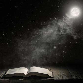 O projetor brilha no livro sobre a mesa
