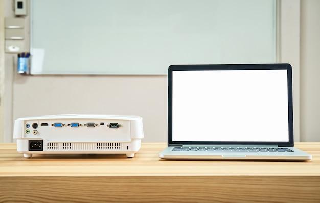 O projetor é colocado na mesa