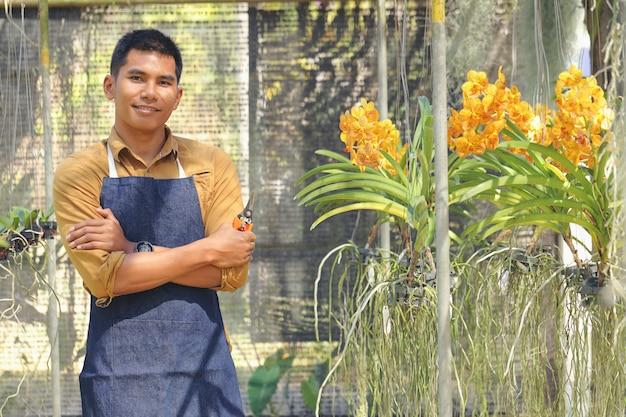 O proprietário do negócio do orchid garden está satisfeito com seu sucesso depois de receber o investimento.