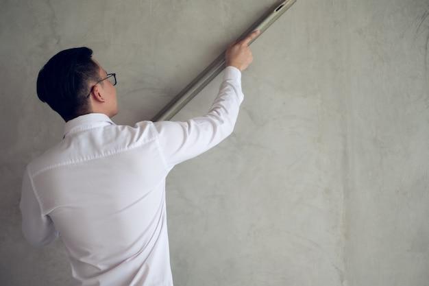 O próprio empresário trabalhava porque o problema com o construtor não possui mão de obra para trabalhar