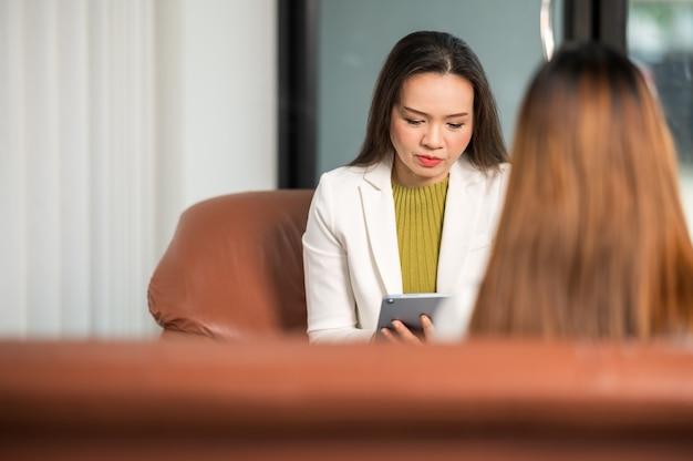 O psicólogo fornece assistência na compreensão dos problemas de uma paciente