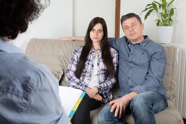 O psicólogo hábil está dando conselhos ao marido e à mulher.