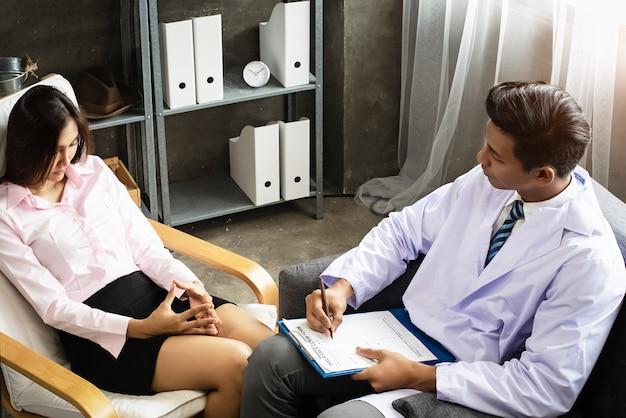 O psiquiatra está realizando uma consulta à mulher do estresse,