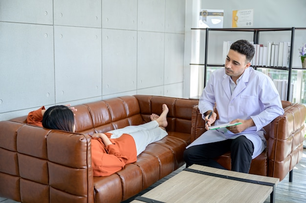 O psiquiatra está tratando o paciente que recebeu o estresse do grande problema