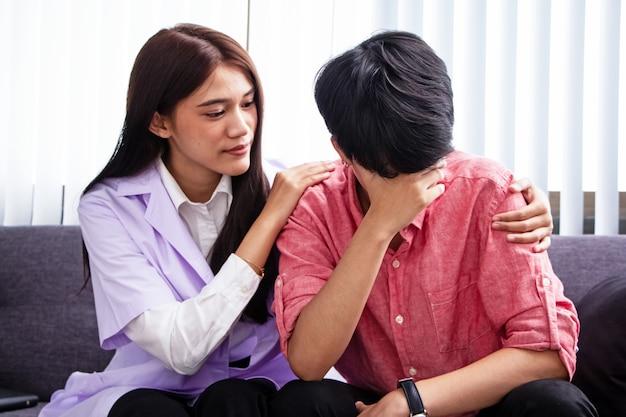 O psiquiatra falando com as pessoas de stress