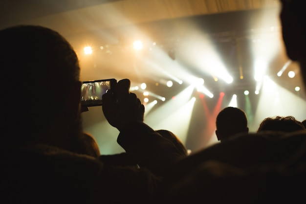 O público assistindo ao show no palco