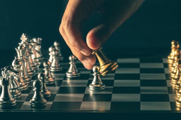 O punho do xadrez se move em jogos competitivos