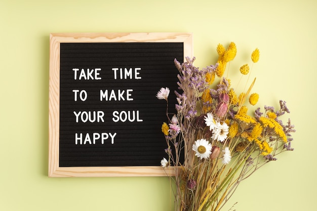 O quadro de cartas de feltro com texto leva tempo para deixar sua alma feliz. saúde mental, pensamento positivo, conceito de bem-estar emocional
