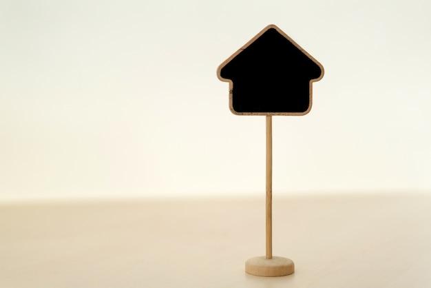 O quadro-negro rotula em casa na tabela de madeira, para coloc seu texto