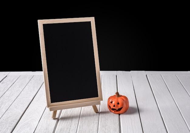 O quadro no stand com abóboras de halloween no assoalho de madeira