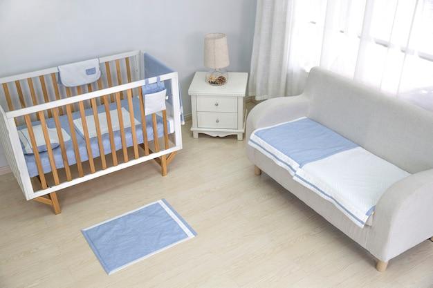 O quarto de uma mãe está cheio de equipamentos para bebês.