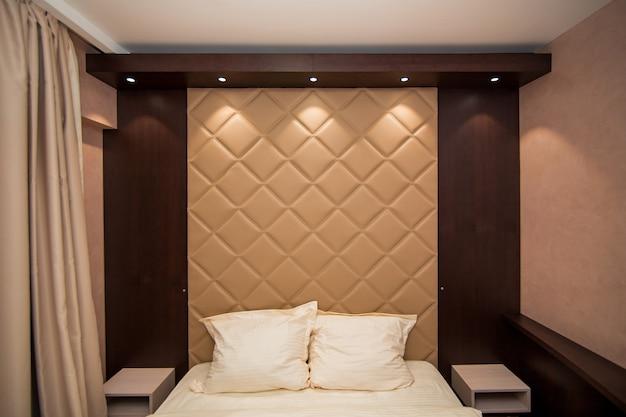 O quarto do apartamento. cama, armário, mesinhas de cabeceira no quarto do apartamento.