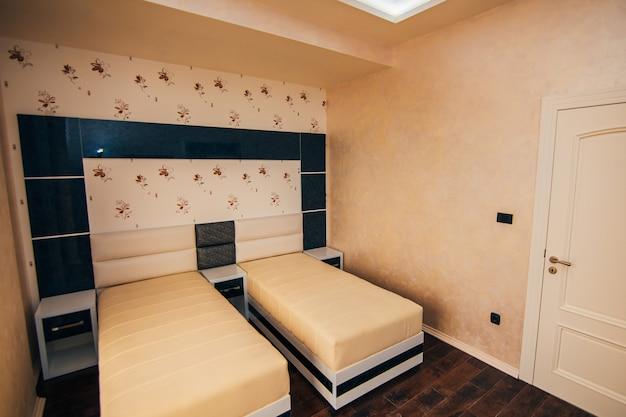 O quarto no apartamento cama guarda-roupa mesas de cabeceira