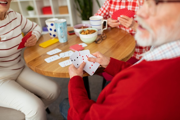 O que eu tenho. foco seletivo de cartas sendo mostradas a você por um bom homem idoso