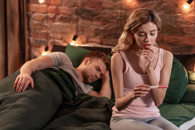 O que fazer. namorada atraente loira sem saber o que fazer depois de fazer o teste de gravidez