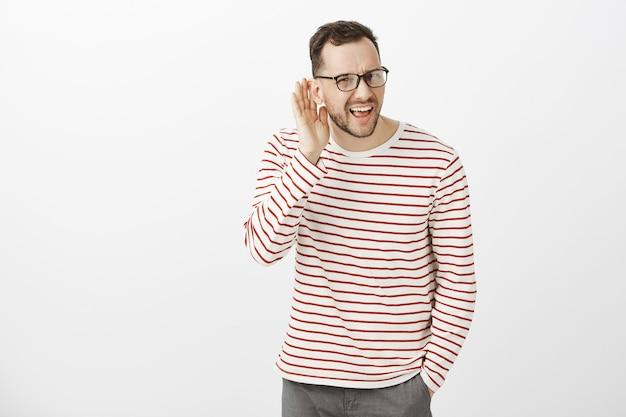 O que você disse, repita. retrato de um homem europeu atraente e irritado e questionado de óculos escuros