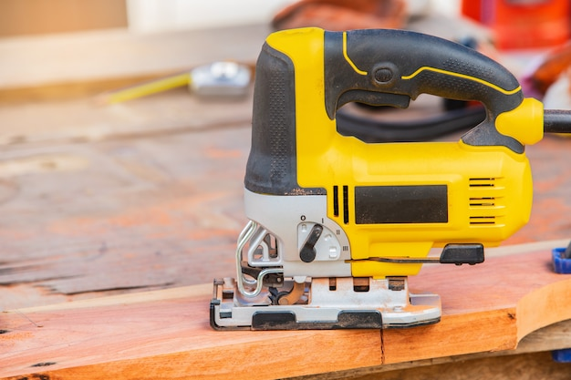 O quebra-cabeça amarelo para trabalhar madeira