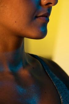 O queixo e o nariz da mulher do close-up
