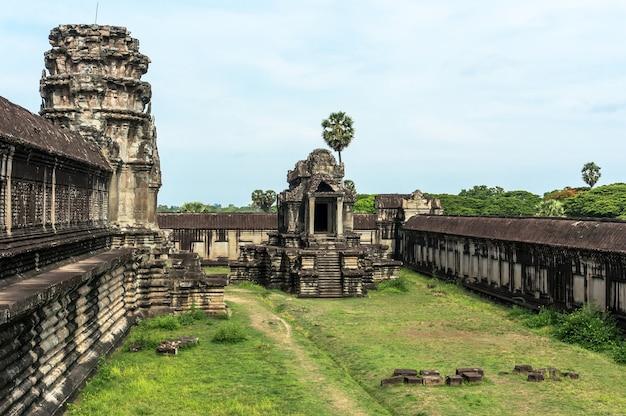 O quintal do templo principal no complexo de templos angkor wat