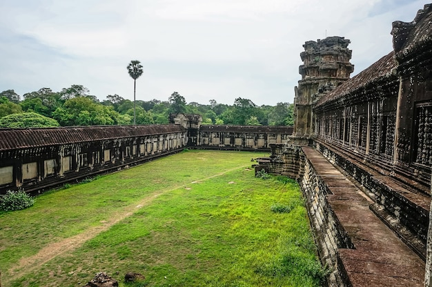 O quintal do templo principal no complexo de templos de angkor wat. o antigo templo de pedra da civilização khmer na cidade perdida