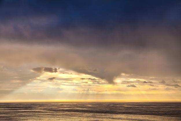 O raio de sol no céu noturno e no mar do norte