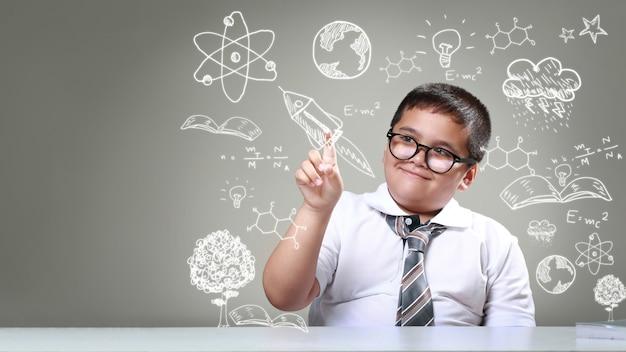 O rapaz apontando para desenhos de ciência
