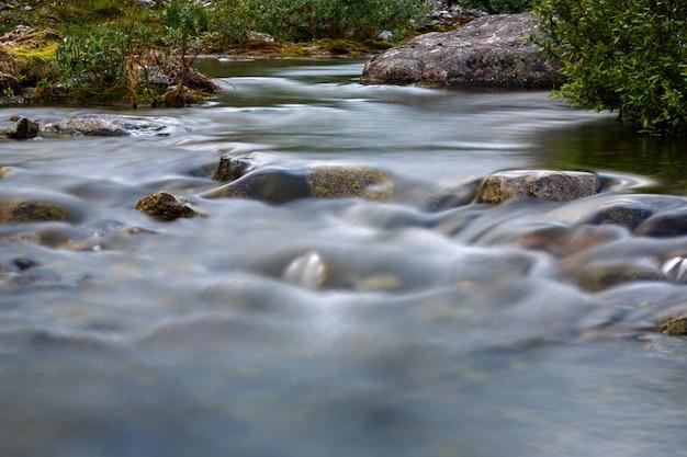 O rápido fluxo do rio da montanha