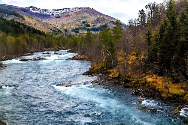 O rápido fluxo do rio que corre nas montanhas