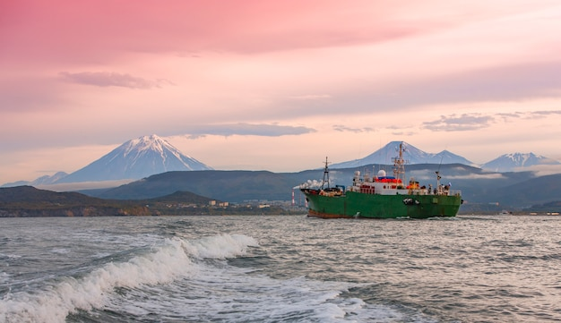 O rebocador no oceano pacífico, perto da península de kamchatka