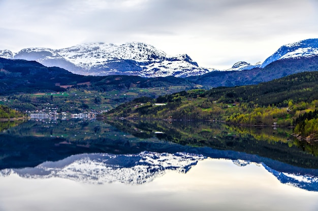O reflexo completo na água: fiorde e montanha