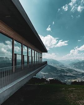 O reflexo da paisagem alpina em uma janela de vidro
