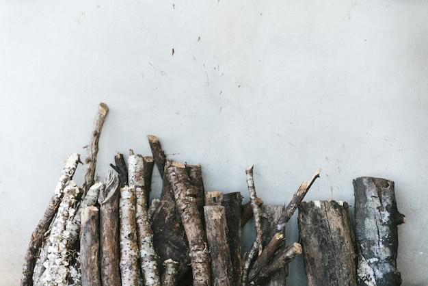 O registro de madeira inclina-se no fundo branco na vila de akha de maejantai no monte em chiangmai, tailândia.