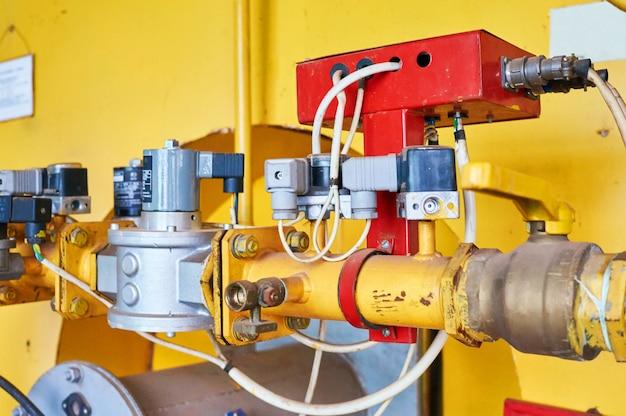 O regulador de pressão do gás no conduíte está amarelo.