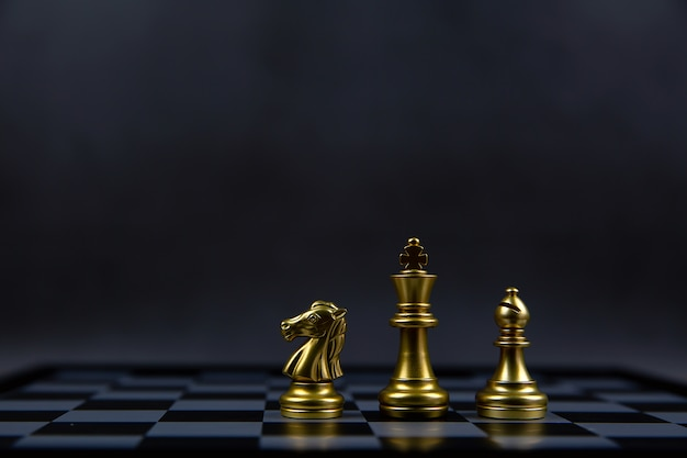 O rei cavaleiro e a peça de xadrez do bispo estão em um tabuleiro de xadrez.