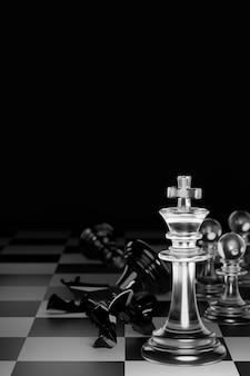 O rei do xadrez branco claro tornou o xeque-mate rei do xadrez preto. conceito do estratégico para a vitória. 3d render.