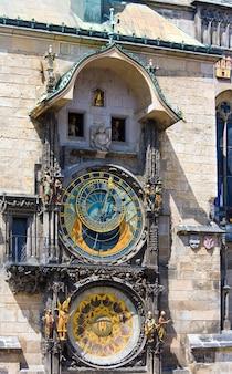 O relógio astronômico de praga ou praga orloj (instalado em 1410). vista do stare mesto (cidade velha), praga, república tcheca