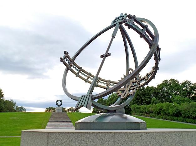 O relógio de sol com a roda da vida em far, instalação vigeland no parque frogner de oslo, noruega