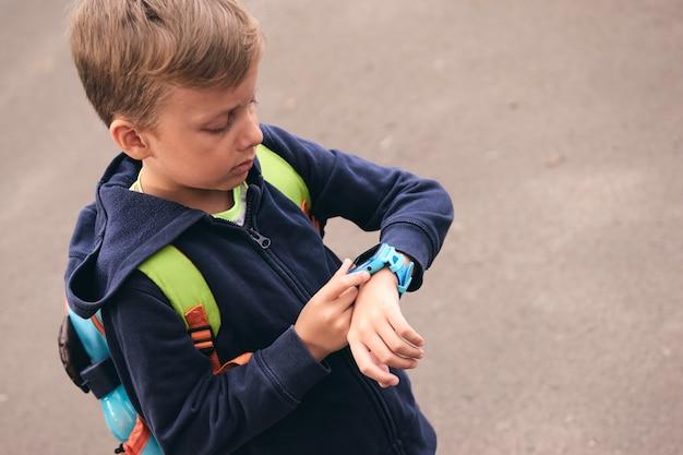 O relógio inteligente do bebê infantil liga para a mãe e rastreia a localização com um gadget de tela sensível ao toque para crianças