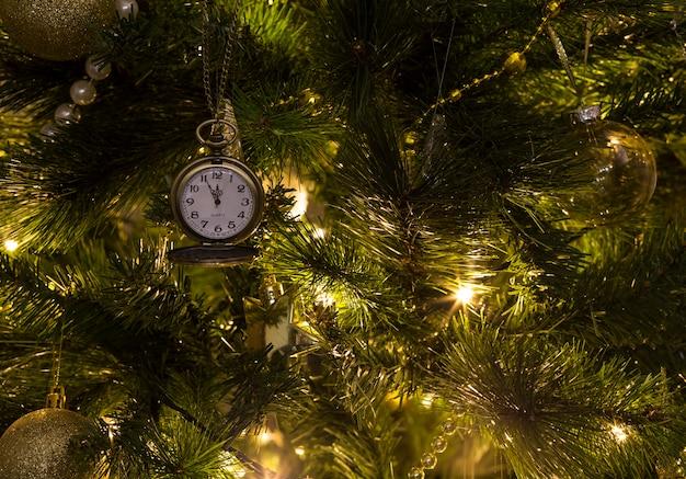 O relógio na árvore e neles 23:55